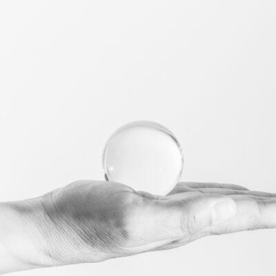 kristal heldere en haarscherpe glazen bol van 5cm | GlazenBollen.NL